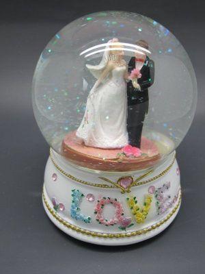 Фигурка декоративная в стеклянном шареЖених и невеста с подсветкой, Н 13 см